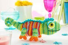 Dieses tolle Chamäleon ist ein Stofftier zum selber häkeln. Die Anleitung gibt's gratis dazu. | Free Pattern of a colorful crochet chameleon