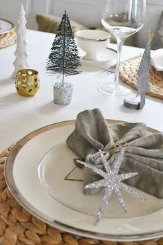 Decoración de mesa de Navidad en grises