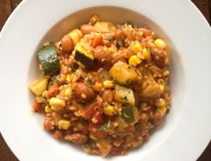 Een Mexicaans-achtige bonenrijstschotel met courgette, mais en tomaat. Allemaal in een pan. Suepr makkelijk dus! En met lekker veel groenten.