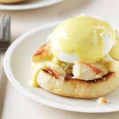 This first breakfast or brunch egg dish is an extra-special eggs Benedict-style combination with a sherry cream sauce and crabmeat. Ces envies se sentent c Eggs Benedict Recipe, Egg Benedict, Egg Recipes For Breakfast, Best Breakfast, Breakfast Sandwiches, Breakfast Ideas, Brunch Ideas, Breakfast Time, Dungeness Crab Recipes