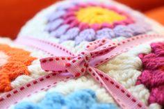Nittybits: Sunburst Granny Square Blanket Tutorial Granny Squares, Sunburst Granny Square, Granny Square Projects, Granny Square Blanket, Granny Square Crochet Pattern, Crochet Squares, Crochet Granny, Knit Or Crochet, Learn To Crochet
