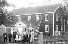Karl Augustin serkku Ida Fredrika Snellman, Koivuluodon fröökynä, istuu kaivonkannella.