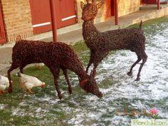 Плетеные олени из лозы