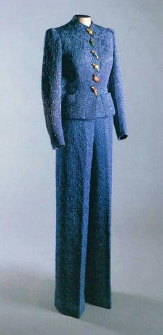 * Ensemble pantalon Schiaparelli hiver 1937 (il a appartenu à Marlène Dietrich) 30s 40s pant suit blue couture designer icon vintage fashion style jacket pants fancy buttons soutache lace etc evening