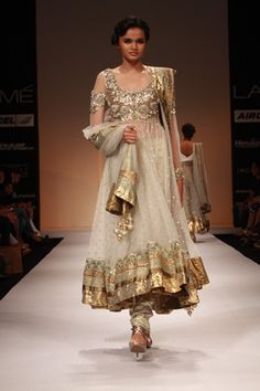 One of my fav. White and gold Anarkali dress Pakistani Couture, Indian Couture, Indian Dresses, Indian Outfits, Indian Saris, Desi Clothes, Indian Clothes, Pakistani Clothing, Indian Salwar Kameez