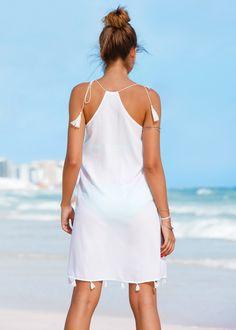 Şimdi inceleyin:Omuzlardan bağlanan ve püskül detaylı plaj elbisesi.