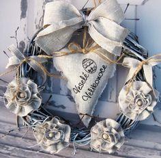 Velikonoce Věneček z proutí, srdíčko s ručně tištěným nápisem + květy ze lněné látky, průměr 29 cm