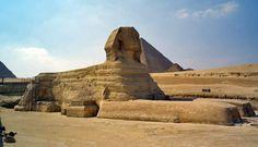 Questa e' la Sfinge di Giza(2550-2500a.c),lunga circa 73 metri e alta circa 20.Scolpita in una collinetta calcarea, secondo gli studiosi era composta di tre diversi strati rocciosi :quella inferiore di fragile pietra calcare,quello centrale di bassa qualita' e causa delle numerose crepe,quello superiore di pietra calcarea dura che ricopre la testa della sfinge.Il volto raffigurato e' ispirato a quello di Chefren, .Rivolta al sole sembra sottolinei la discendenza del faraone da Ra,dio del…