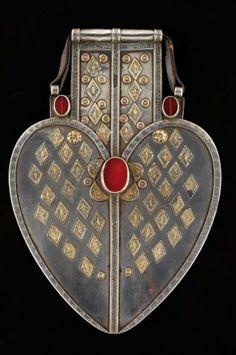 Pendentif dorsal Remarquable contrepoids dorsal des grands coraniers pectoraux. Cette plaque en forme de coeur, décoré de petits éléments en...