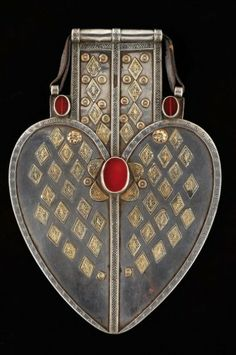 Turkmenistan | Counterweight pendant dorsal. Silver gilt, carnelian and glass cabochons. ca. 19th century | 3 000 € ~ sold