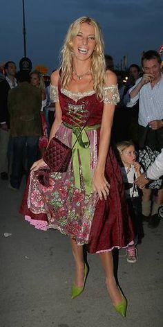 Giulia Siegel, Tochter des Schlagerkomponisten Ralph Siegel im Phantasie-Dirndl mit Stilettos 2006