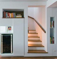 Escada com revestimento em madeira