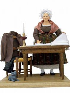 La repasseuse, habillé d'un costume d'artisane du XIXème, elle repasse soigneusement les habits des bourgeois du village.