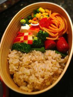 お子様ランチ弁当 kids meal Bento Brown rice, Tomato spaghetti, sausage, fake crab and mozzarella ball skewers, broccoli, mixed veggies and apple