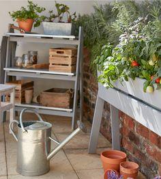 Cultiver sur votre balcon ? C'est possible ! Optez pour la jardinière sur pieds en bois, et planter vos fruits ou vos légumes, pour reproduire un espace potager, même dans les petits espaces. #castorama #inspiration #decoration #ideedeco #amenagement #tendancedeco #jardin #abridejardin #decojardin  #terrasse #jardiniere #potager #balcon