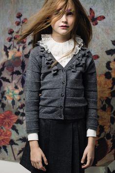 maglioncino e camicia con gale gonna nera con pieghe abbigliamento ragazza made in italy aletta back to school