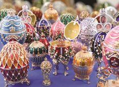 Em clima de Páscoa, os ovos Fabergé eram encomendados pela família real russa à partir do século 19 ao joalheiro Carl Peter Fabergé, pois costumavam presentear-se entre si com essas verdadeiras obras de arte em forma de joia. Post no site. #ovos #fabergé #eggs #pascoa #easter #russia #joias #jewelry #jewel #arte #joalheria