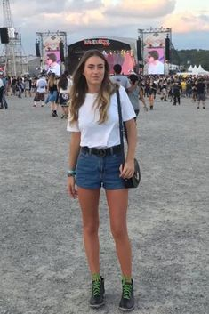 Looks Lollapalooza 2018 - Ideias de Looks - Comer Blogar e Amar Lazy Outfits, Casual Outfits, Cute Outfits, Music Festival Outfits, Festival Shorts, Concert Outfits, Overalls Outfit, Adidas Outfit, Coachella