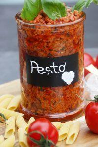 Tomatenpesto Rezept mit getrockneten Tomaten, Ricotta, Parmesan und Pinienkernen