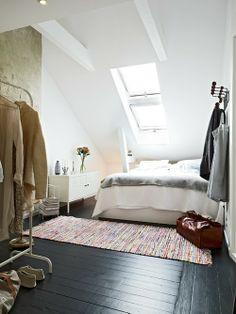 attic bedroom - love the black floor & skylight Style At Home, Home Bedroom, Bedroom Decor, Design Bedroom, Eaves Bedroom, Attic Bedrooms, Painted Floorboards, Painted Floors, Black Floorboards