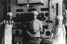 De bakkersknechten tonen hun gebakken brood.