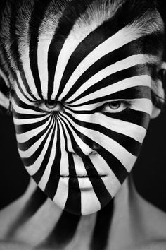 Optical illusions in body art - Photomontage, Illusion Art, Beste Tattoo, Cg Art, Tattoo Machine, Makeup Transformation, Black N White, Black Heart, Optical Illusions