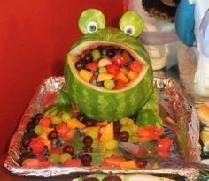 Maak van een watermeloen een kikker met fruit in zijn mond. Pootjes, ogen etc. kunnen bevestigd worden met behulp van satéprikkers!