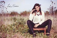 Camisa gasa blanca Collar alas con flecos Calzas tramadas Zapatos patin de cuero  by Las Moore