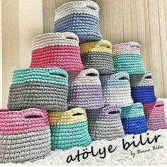Bom diaaaa!  #crochet #croche #handmade #cesto #fiodemalha #feitocomamor #feitoamao #trapilho #totora #knit #knitting #basket #decor #cachepo  #decoration #decoracao #artesanato #cesto #vaso #cachepodecroche Por @atolyeblr