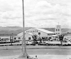 El Aeropuerto de Techo fue el primer aeropuerto de Bogotá, Colombia que estuvo en funcionamiento desde 1930 hasta 1959 cuando fue reemplazado por el Aeropuerto El Dorado. Su ubicación se encontraba adyacente al actual Monumento a las Banderas, en la avenida de Las Américas. Back In The Day, Beijing, Louvre, Street View, Airplanes, Pilot, Photography, Travel, Google