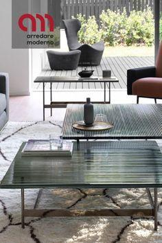 Waves Fiam è un tavolino da salotto disponibile in forma rettangolare o quadrata. Il tavolino Waves ha la struttura in metallo disponibile nelle seguenti finiture: titanio opaco, nichel nero lucido. #tavolino #tavolinosalotto #waves #fiam #arredaremoderno Modern Furniture, Outdoor Furniture Sets, Outdoor Decor, Curved Glass, Low Shelves, Coffee Table Design, Modern Glass, Modern Coffee Tables, Innovation Design