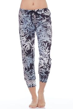 Onzie's Sweat Pant, in Black, adds style to your loungewear collection. Featuring a lightweight fabric, with a drawstring waistband, this pant will keep you comfortable all day long whether you're lounging on the couch, on a road trip, or walking around t Workout Leggings, Workout Pants, Cute Things For Girls, Tie Shorts, Comfy Pants, Jogger Sweatpants, Gym Style, Hot Pants, Crop Tank