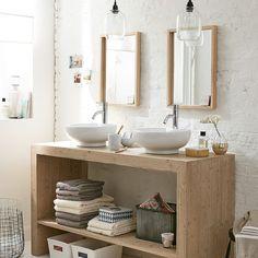 lavabos gemelos sobre mueble de madera