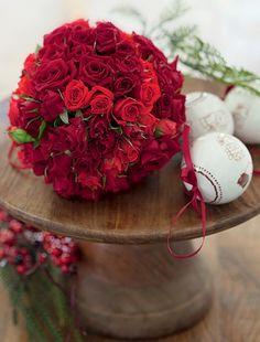 Uma bola de isopor espetada com rosas rende um arranjo que faz vista