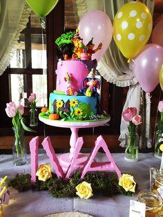 Winnie the pooh Winnie the pooh birthday themed party, sweet table Winnie the Pooh decoration, quotes. Bee cupcakes, cake pops, flower sweets, Winnie the pooh cake. Vini pu tema rodjendana. Slatki sto za djeciji rodjendan. Mafini, cake pops, medenjaci, pokloni  za goste. Vini pu torta