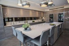 A chic kitchen can be seen in different ways, it is subjective. Our team has gathered some samples of chic kitchen ideas to show you some approaches. Modern Kitchen Interiors, Luxury Kitchen Design, Kitchen Room Design, Diy Kitchen Decor, Best Kitchen Designs, Luxury Kitchens, Home Kitchens, Kitchen Tiles, Open Plan Kitchen Living Room
