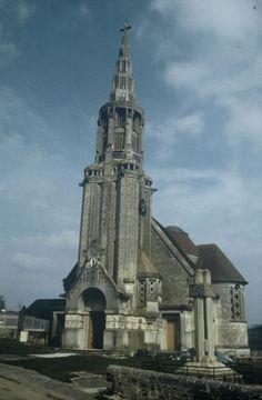 Martigny-Courpierre (Aisne), église Saint-Martin. Façade occidentale, Albert-Paul Müller, architecte, 1928-1932. Phot. Jean-Charles Cappronnier, 2000. Saint Quentin, Saint Martin, Oise, Calais, France, Chapelle, Flooring, Architecture, Building