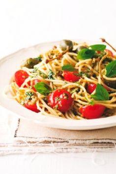 ngredience (pro 4 osoby):  2 rajčata, oloupaná  30 g kaparů  snítka máty  3 snítky hladkolisté petrželky  svazek bazalky  30 g oloupaných mandlí  stroužek česneku   1 sušená chilli paprička, drcená  sůl na dochucení  panenský olivový olej  300 g třešňových rajčátek  320 g špaget  12 kaparových plodů a bazalka na ozdobu