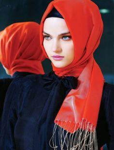 Foto : Kain pasmina satin cukup dilingkarkan ke leher, dan kamu sudah siap berangkat. | Vemale.com, Halaman 6
