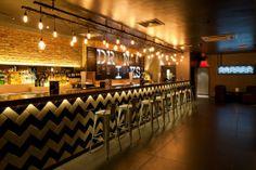 Bombillas suspendidas sobre la barra del bar The Roxy / Design LSM. Imagen
