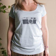 LEICA  Remera mujer blanca o celeste en algodón peinado 24/1 de primera calidad.  Ilustración: Que Remerita.