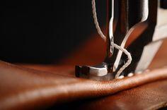 Proceso de costura; maquina de triple transporte con ajuste de costura al borde