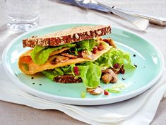 Omelett-Sandwich mit Pilzen Rezept | LECKER Incredible Recipes, Bruschetta, Food Inspiration, Sandwiches, Easy Meals, Toast, Food And Drink, Mexican, Lunch