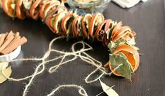 A szárított narancskarikák nemcsak az adventi koszorún vagy a karácsonyfán mutatnak jól, szép ajtódíszeket, asztali dekorációkat készíthetünk belőlük. Illatosak, természetesek. A friss gyümölcsből,…