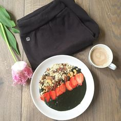A quick yoga sesh in the Salar Legging followed by a nutrient-packed #healthybreakfast - @gratefulyoga this is our kind of Saturday morning! #namaste