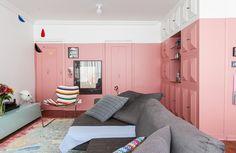 Um apartamento confortável, com uma arquitetura sem muita complicação e espaço de sobra para os móveis e objetos que a moradora mais ama.