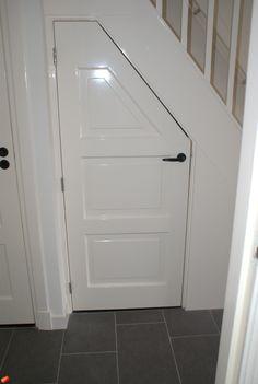 trapkast deuren - Google zoeken Open Trap, Stair Storage, Under Stairs, Rose Cottage, Cabins In The Woods, Vintage Wood, Interior And Exterior, Sweet Home, Bathtub