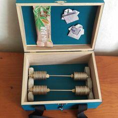 Konfirmationsgave. Pengegaver udformet som håndvægte, som er lagt i æske, der ligner en sportstaske. I Card, Glad, Crafts, Boxes, Instagram, Ideas, Manualidades, Crates, Box