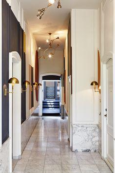 hotel hallway The Hoxton hotel Amsterdam monumental hallways - Interior design by Nicemakers Hotel Hallway, Hotel Corridor, Corridor Ideas, Flur Design, Hotel Restaurant, Hotel Motel, Colour Architecture, Hallway Designs, Elderly Home