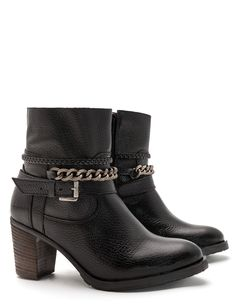 Crafted with a coarse-grained leather upper and a sturdy block heel, these JJ Footwear ankle boots will bring a bit of extra edge to your wardrobe thi...